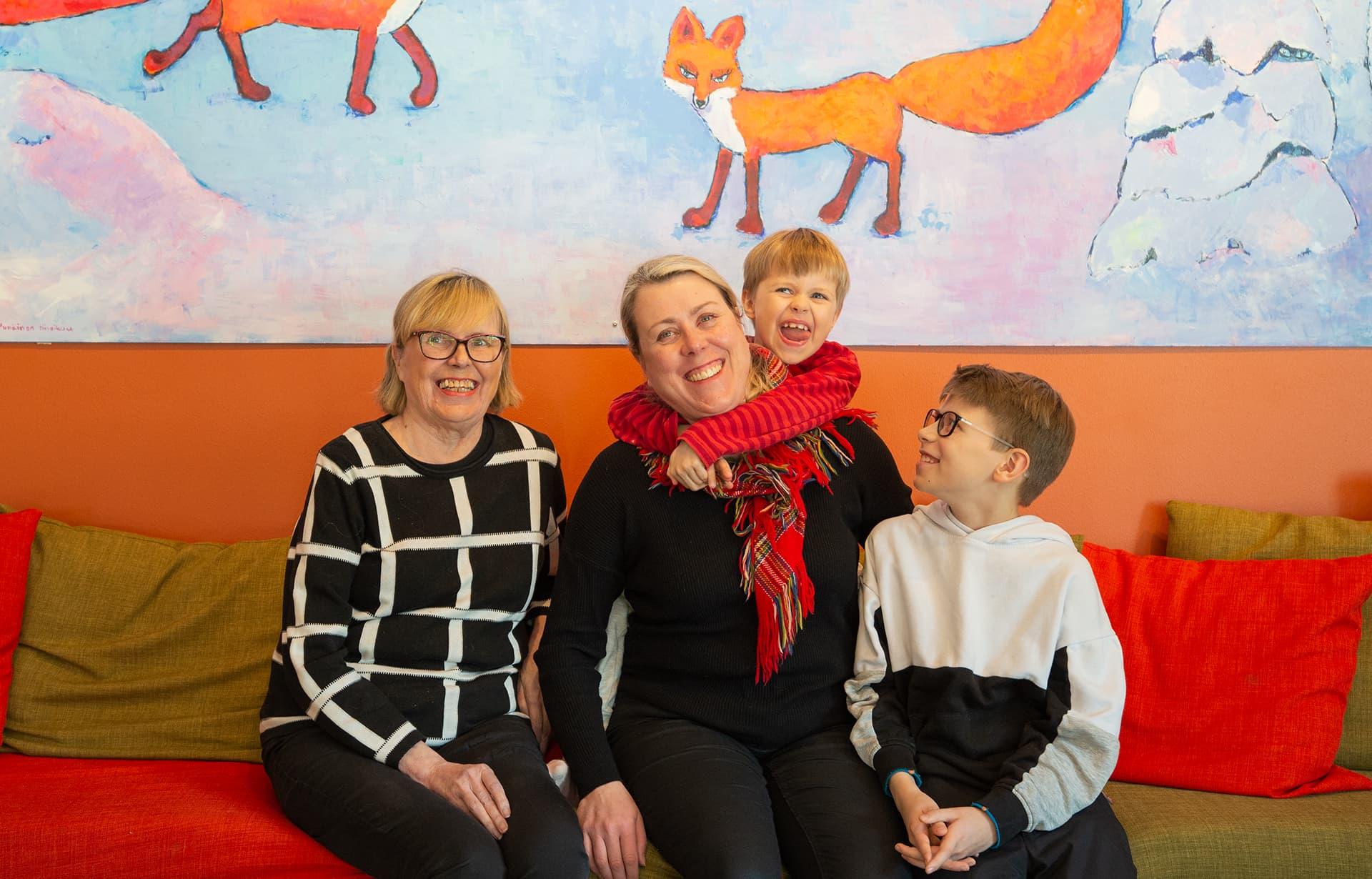 Punaketun omistaja perheensä kanssa.